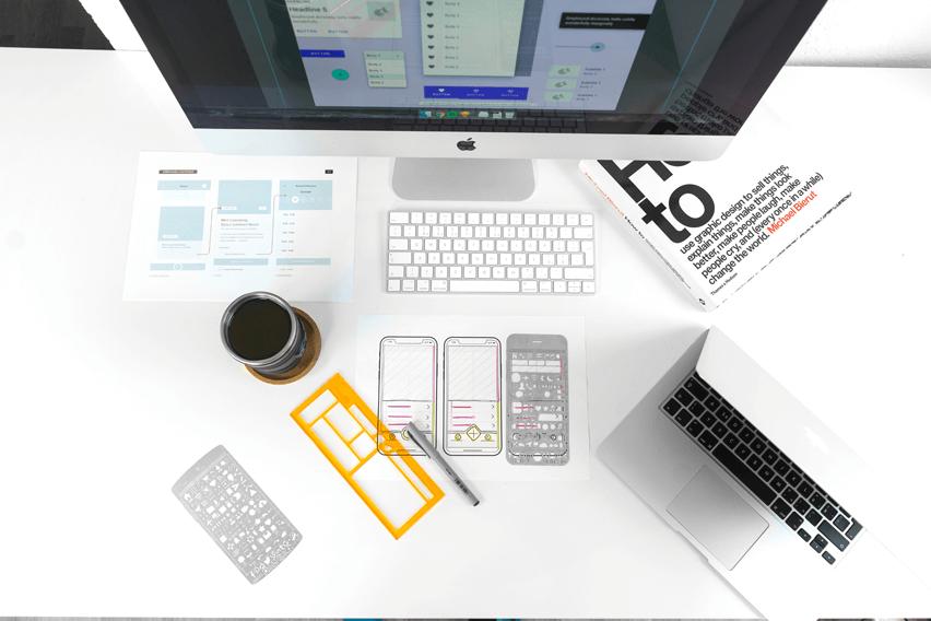 Altova MobileTogether zdjęcie z góry na białe biurko z urządzeniami