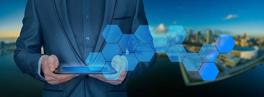 IBM WebSphere zdjęcie osoby obsługującej tablet