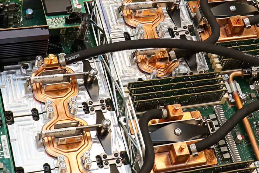 serwery biznesowe IBM podzespoły wewnątrz urządzenia